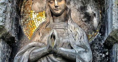 OTO MATKA TWOJA: Rola Maryi i różańca w walce duchowej